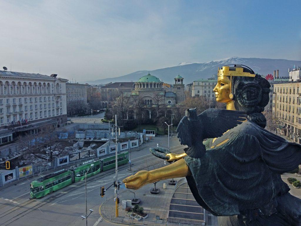 Статуята Света София - площад Независимост, заснета от дрон
