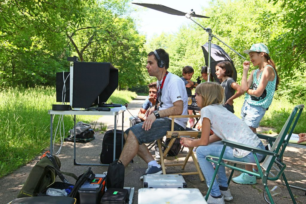 Андрей Хадживасилев и деца на снимачната площадка на Случаят Кюри